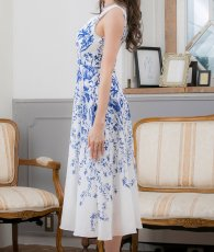 画像7: [ERUKEI]ホワイトベース・ブルー花柄・ノースリーブ・Aライン・フレア・ミディアムドレス・ワンピース[山崎みどり着用][送料無料]mypr (7)